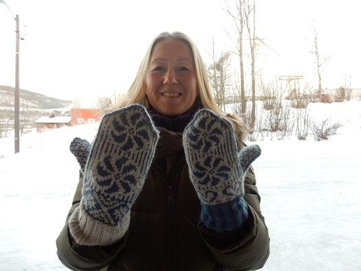 Marianne Åsbakk med Sørfold-votten