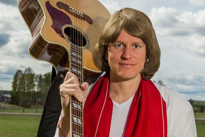 Johan Eriksson står för after ski-underhållning i samband med Svenska Skidspelen. Bland annat i egenskap som Ted Gärdestad. FOTO: Anders Ärkgerds.