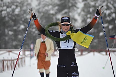Emila Lindstedt tog en solklar seger. I bakgrunden kransmasen Gustav Johnsson. FOTO: Johan Trygg/Längd.se.