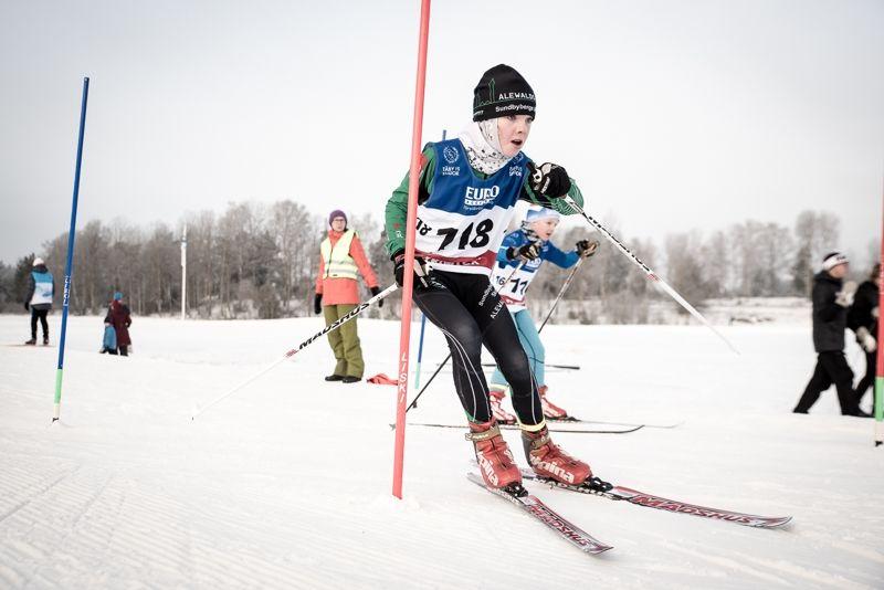 Fullt fokus mellan slalompinnarna på HuvudstadsCrossen vid Täby Konstsnöspår i söndags. FOTO: Henrik Rådmark.
