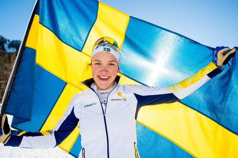En jublande Moa Lundgren efter guld på JVM-sprinten i Schweiz. FOTO: Vegard Vivestad Grött.