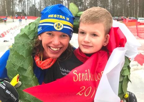 Johanna Sundström, Hestra IF med kransapajen Simon Westh. FOTO: Arrangören.