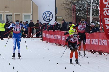 Maja Dahlqvist tog spurten före Linn Sömskar till vänster i bild och Emilia Lindstedt. FOTO: Johan Trygg/Längd.se.
