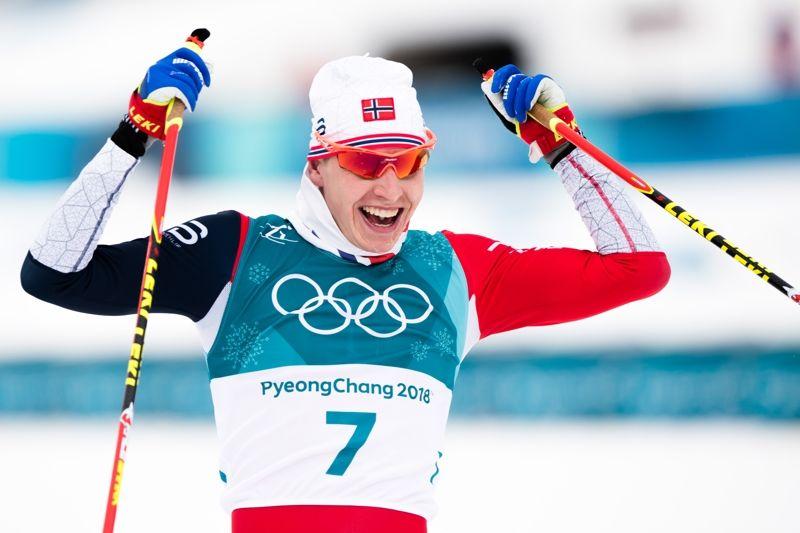 En jublande glad Simen Hegstad Krüger grejade OS-guld trots en krasch i starten. FOTO: Jon Olav Nesvold/Bildbyrån.