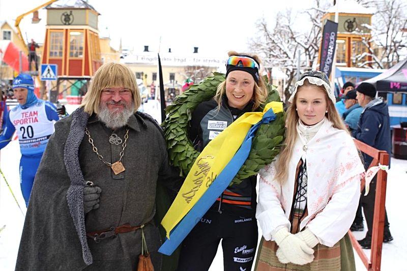 Emilia Lindstedt vann Engelbrektsloppet och togs emot av kranskullan  och Engelbrekt själv. FOTO: Samira Jonsson Orfanidis/Sveriges Radio.