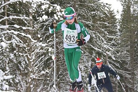 Loppets yngsta deltagare Edith Carlander, 11 år forcerar brantbacken. FOTO: Arrangören.