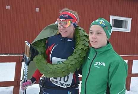 Erika Karlsson vann damklassen och gratuleras av Syas kransmas Alfred Derke. FOTO: Arrangören.