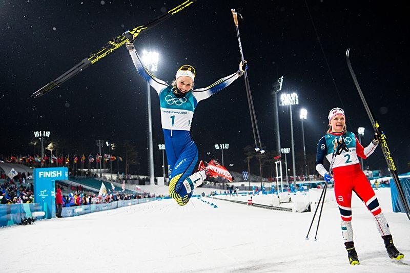 Segerhopp från Stina Nilsson med silvermedaljören Marken Caspersen Falla vid sidan. FOTO: Petter Arvidson/Bildbyrån.