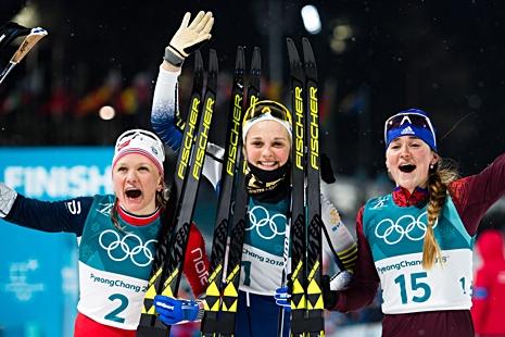 Lycklig medaljtrio: Maiken Caspersen Falla, silver, Stina Nilsson, guld och Yulia Belorukova, brons. FOTO: Carl Sandin/Bildbyrån.