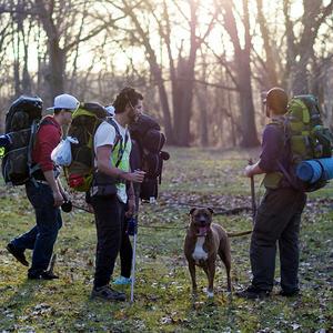 Bilder av tre gutter med ryggsekker, klare til å gå på tur