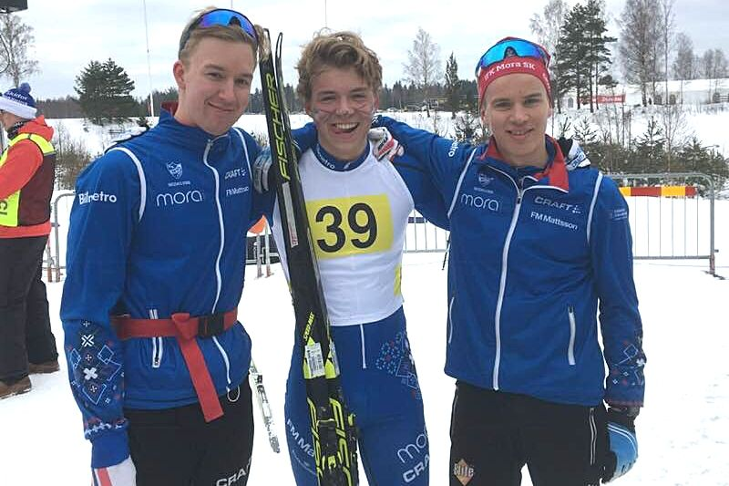IFK Mora SK tog guld i JSM-stafetten med trion Alexander Karlsson, Gustaf Berglund och Axel Jutterström. FOTO: IFK Mora SK.