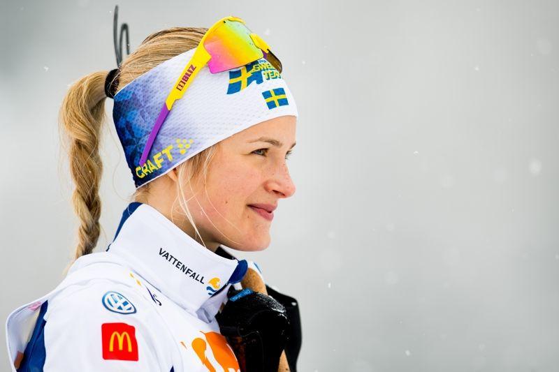 Frida Karlsson på pallen efter segern i skiathlonloppet på JVM i Schweiz. Frida är nu en av hela 24 åkare i utvecklingslandslaget inför kommande vinter. FOTO: Vegard Wivestad Grött/Bildbyrån.