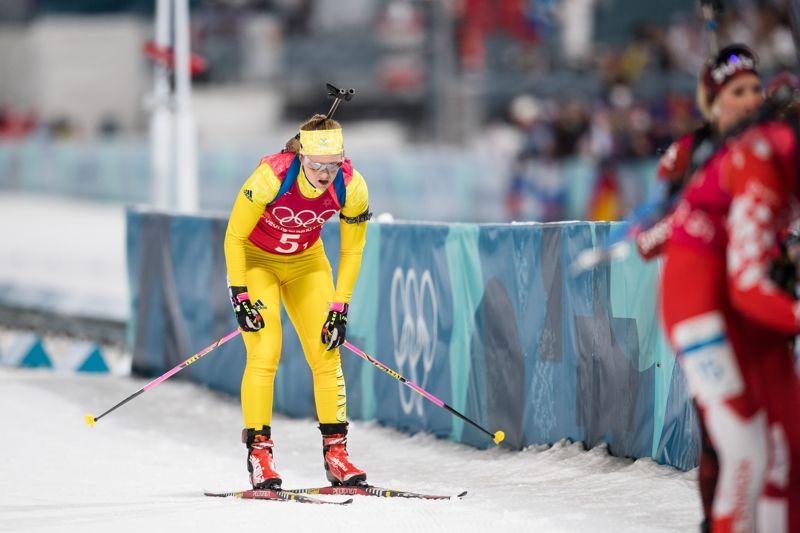 Det blev en tung dag för Mora Brorsson efter två straffrundor på mixedstafettens första sträcka. FOTO: Carl Sandin/Bildbyrån.