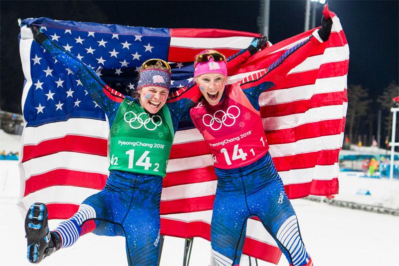 Jublande glada Jessica Diggins och Kikkan Randall efter USA:s första OS-guld i längdåkning. FOTO: Carl Sandin/Bildbyrån.
