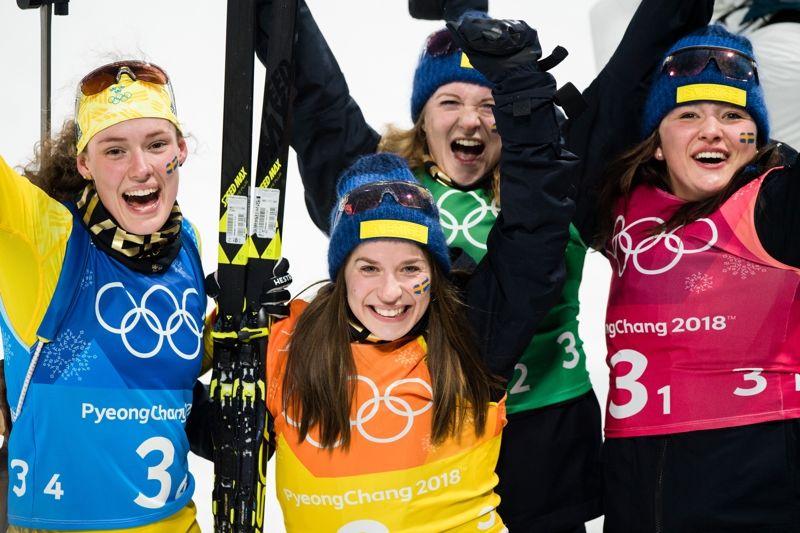 Linn Persson, Hanna Öberg, Mona Brorsson och Anna Magnussonjublar efter silver på OS-stafetten i skidskytte. FOTO: Jon Olav Nesvold/Bildbyrån.