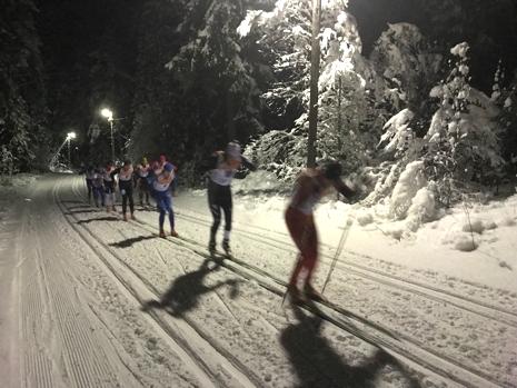 Hemmaåkaren Markus Jönsson drar täten i Tranemo Midnight Skimarathon. FOTO: Arrangören.