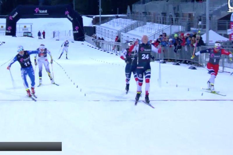 Jonna Sundling i IFK Umeå-dressen blev tvåa på sprinten i Trondheim bakom norskan Anne Kjersti Kalvå. I landslagsdräkt där bakom syns Evelina Settlin och Maja Dahlqvist. FOTO: Från Norska skidförbundets livesändning.