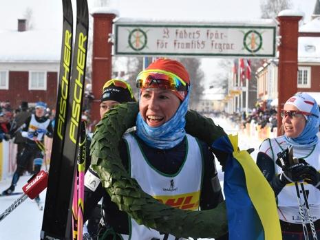 Katerina Smutná med lagerkransen. Till höger Laila Kveli som var trea i mål men diskades. FOTO: Vasaloppet.
