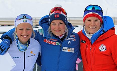 Frida Karlsson tillsammans med Thea Krokan Murud och Mari Eide. FOTO: Norges skidförbund.