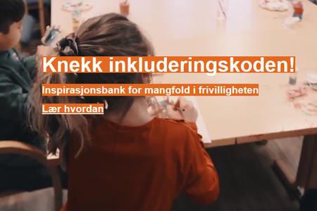 Ingressbilde som viser to barn som sitter og maler ved et bord