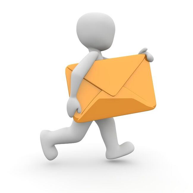 Person som bærer et brev. Foto: Pixabay