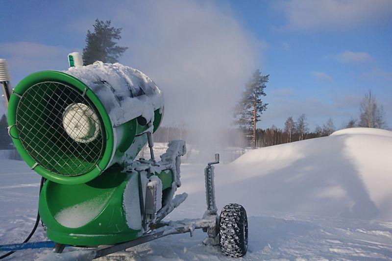 I Umeå utnyttjar man kylan för att tillverka snö och skapa förutsättningar för en tidig skidpremiär till hösten. FOTO: IFK Umeå.