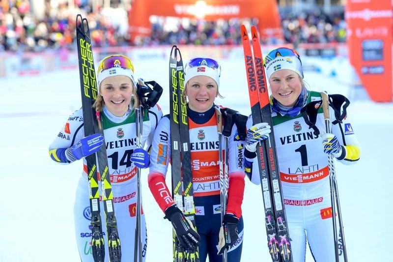 Stina Nilsson och Hanna Falk tillsammans med vinnaren i Lahtis, Maiken Caspersen Falla. FOTO: Fredrik Varfjell/Bildbyrån.