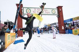 Lina Korsgren tar ett rejält segerskutt efter hennes första vinst i Vasaloppet. FOTO: Daniel Eriksson/Bildbyrån.