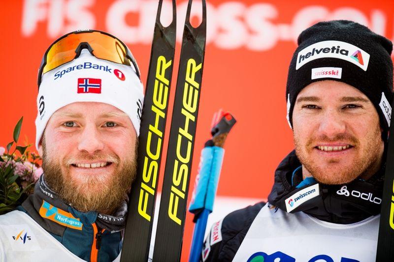 Martin Johnsrud Sundby och Dario Cologna efter spurtfighten i Holmenkollen som Cologna tog hem efter en fotofinish. FOTO: Jon Olav Nesvold/Bildbyrån.