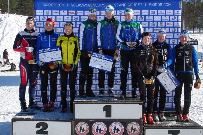 Jämtland-Härjedalen vann tjejernas distriktsstafett i Örnsköldsvik. Här flankerade av Dalarna till vänster och Västerbotten till höger. FOTO: Arrangören.