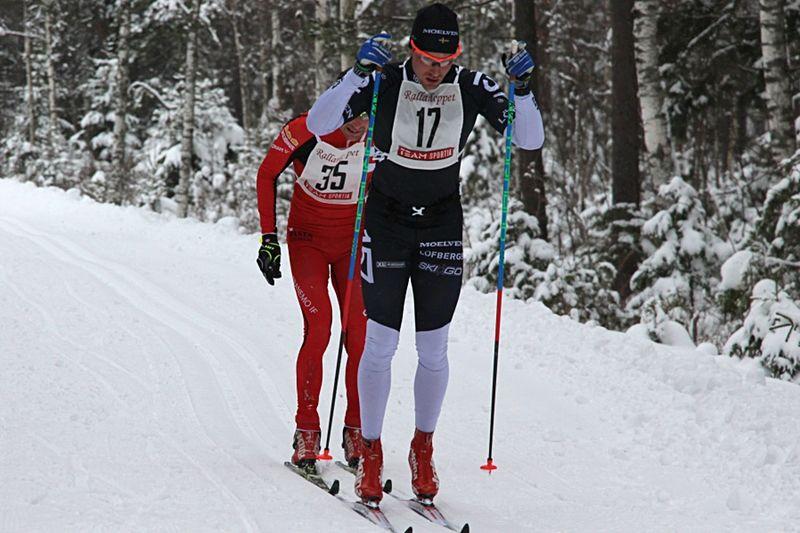 Marcus Johansson drar före Markus Jönsson på banvallen under ReservRallarn. FOTO: Rallarloppet.