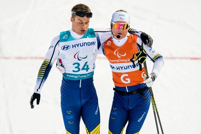 Zebastian Modin tillsammans med ledsagaren Robin Bryntesson efter 20 kilometer skejt på Paralympics. FOTO: Vegard Wivestad Grött/Bildbyrån.