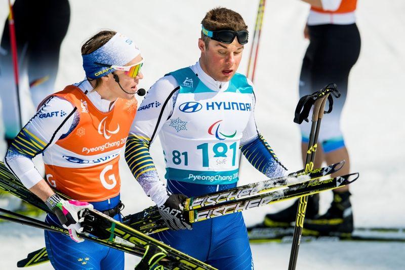 Zebastian Modin tillsammans med ledsagaren Robin Bryntesson efter att ha grejat sprintsilver på Paralympics. FOTO: Vegard Viwestad Grött/Bildbyrån.