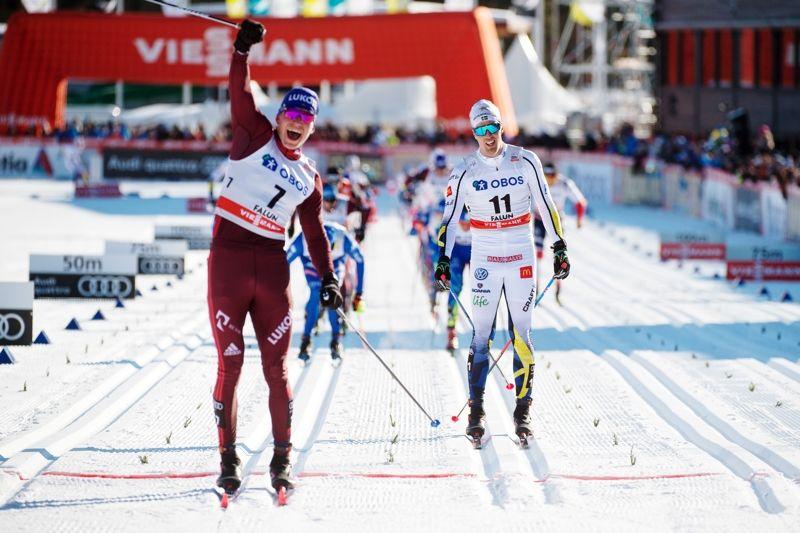 Alexander Bolshunov jublar sedan han spurtat förbi Calle Halfvarsson på upploppet i Falun. FOTO: Simon Hastegård/Bildbyrån.
