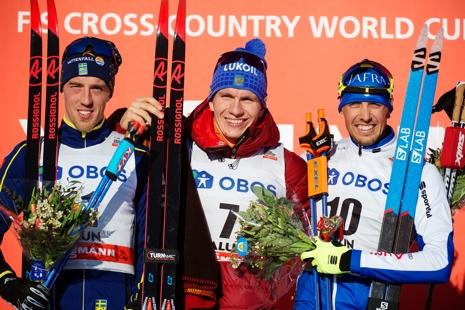 Calle Halfvarsson på pallen tillsammans med segraren Alexander Bolshunov och trean Francesco de Fabiani. FOTO: Simon Hastegård/Bildbyrån.