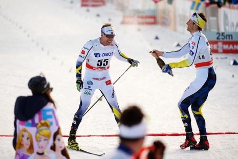 Emil Jönsson togs emot på mållinjen av Teodor Peterson efter sitt sista världscuplopp. FOTO: Simon Hastegård/Bildbyrån.