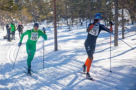 Emil Johansson och Simon Andersson kämpar på i den härliga terrängen. FOTO: www.adamediamedmera.se