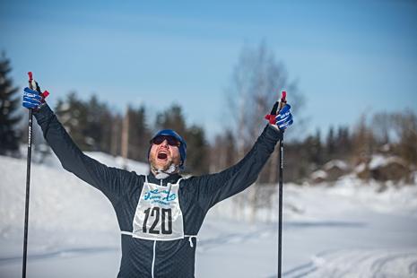 Karl Tiselius jublar efter genomförda fem mil. FOTO: www.adamediamedmera.se