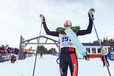 Andreas Nygaard jublar efter segern i Nordenskiöldsloppet 2017. FOTO: Adam Klingeteg.