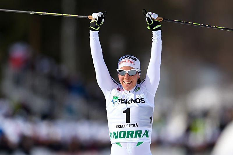 Charlotte Kalla jublar på mållinjen i Skellefteå när hon grejat 26:e individuella SM-guldet. FOTO: Carl Sandin/Bildbyrån.