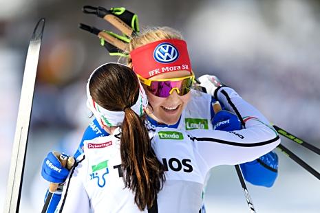 Stina Nilsson och Charlotte Kalla gav varandra en kram direkt efter målgång. FOTO: Carl Sandin/Bildbyrån.