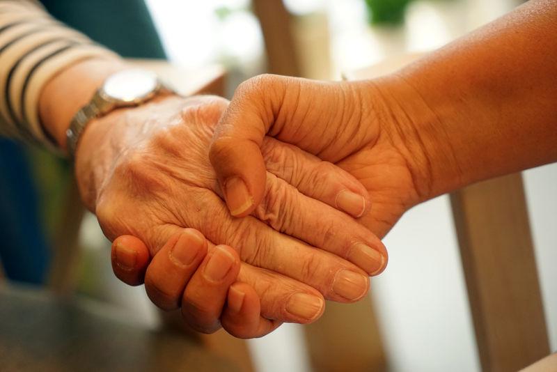 Gammel og ung holder hånd