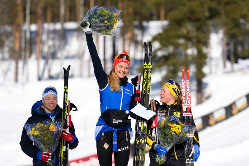 Stina Nilsson jublar på pallen efter sitt första SM-guld. Till vänster tvåan Jonna Sundling och till höger trean Maria Nordström. FOTO: Carl Sandin/Bildbyrån.