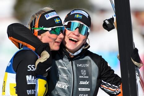 Moa Olsson kramar om Maja Dahlqvist efter hennes bronsspurt. FOTO: Carl Sandin/Bildbyrån.