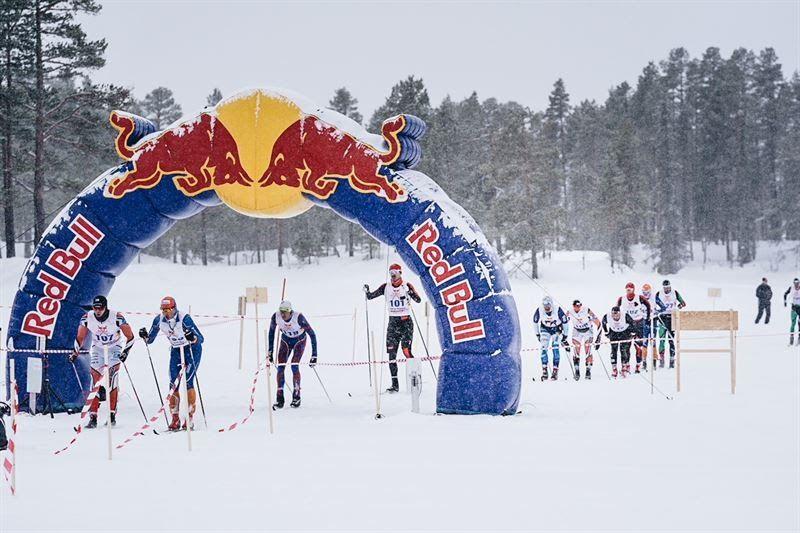 Delar av ledarklungan passerar tidkontrollen vid vändningen och 99 km. FOTO: Magnus Östh/Red Bull Content Pool.