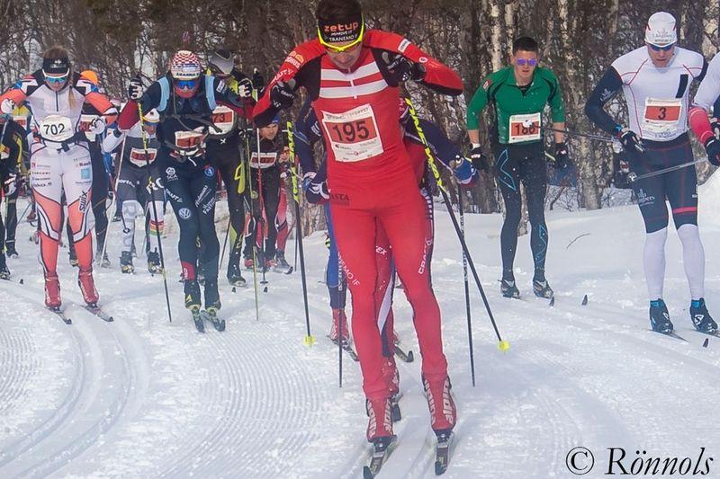 Starten på Årefjällsloppet med herrsegraren Markus Jönsson (195) längst fram och damsegraren Evelina Bångman (702) längst till vänster i bild. FOTO: Lars Rönnols.
