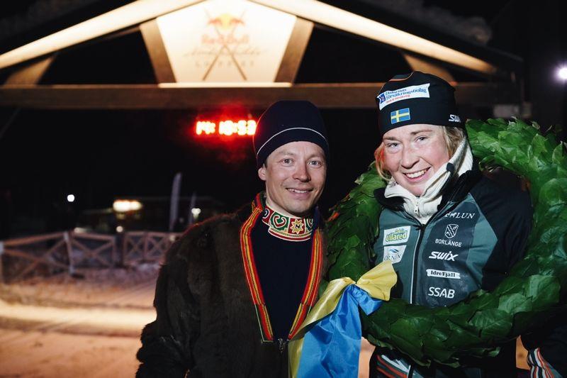 Emilia Lindstedt efter segern i världens längsta skidlopp. Emilia var bara 35 minuter efter herrsegraren Andreas Nygaard efter 22 mil. FOTO: Magnus Östh/Red Bull Content Pool.
