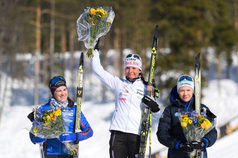 Ebba Andersson, Sollefteå Skidor, Charlotte Kalla, Piteå Elit, och Jonna Sundling, IFK Umeå på pallen efter damernasSM-tremil. FOTO: Carl Sandin/Bildbyrån.