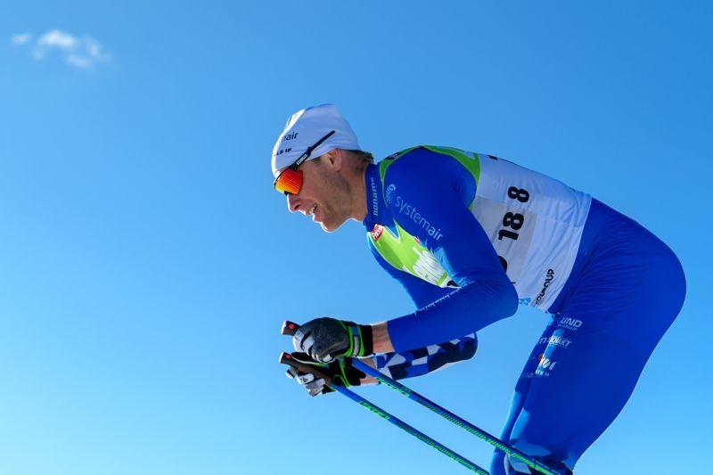 Daniel Rickardsson matchade himlen fint med sin Hudiksvallsdräkt på väg mot SM-guldet på femmilen. FOTO: Carl Sandin/Bildbyrån.