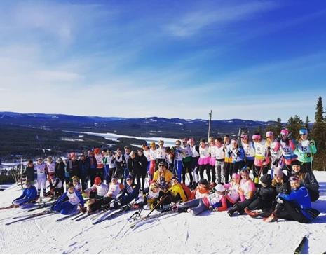 Hela gänget på toppen i av Gopshus slalombacke. FOTO: Mora skidgymnasium.
